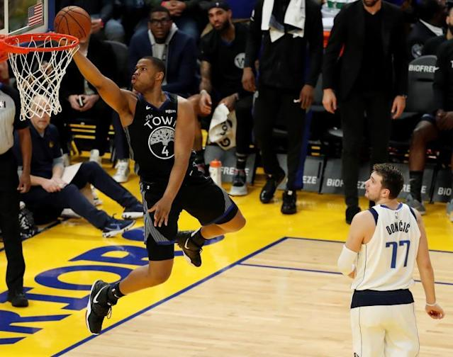 San Francisco (United States), 15/01/2020.- Golden State Warriors forward Omari Spellman (L) goes to the basket for two points as Dallas Mavericks forward Luka Doncic (R) of Slovenia looks on during the first half of the NBA basketball game between the Dallas Mavericks and the Golden State Warriors at Chase Center in San Francisco, California, USA, 14 January 2020. (Baloncesto, Eslovenia, Estados Unidos) EFE/EPA/JOHN G. MABANGLO SHUTTERSTOCK OUT