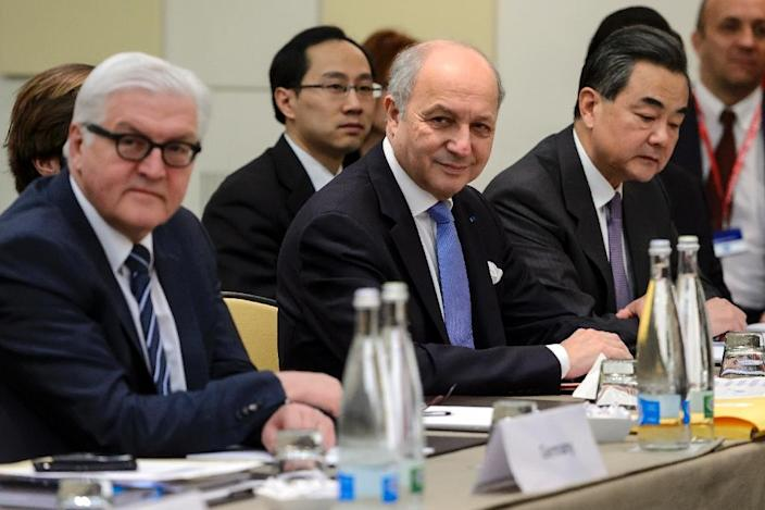 (L-R) German Foreign Minister Frank-Walter Steinmeier, French counterpart Laurent Fabius and Chinese counterpart Wang Yi pictured ahead of a plenary session on Iran nuclear talks in Lausanne, Switzerland, on March 30, 2015 (AFP Photo/Fabrice Coffrini)