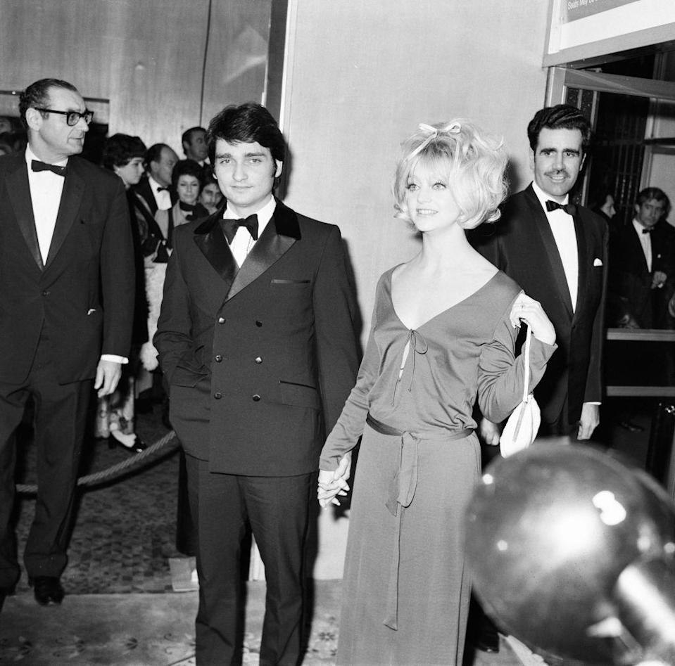 <p>Goldie Hawn and husband Gus Trikonis arrive at the 1970 film premiere of <em>Marooned </em>at the Odeon theater in London.</p>