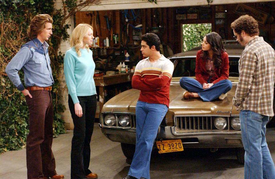 From left: Josh Meyers, Laura Prepon, Wilmer Valderrama, Mila Kunis and Danny Masterson gather around the Oldsmobile Vista Cruiser. (Photo: Everett Collection)