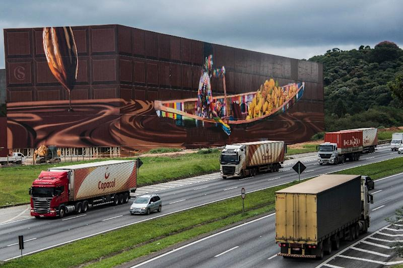 View of the biggest mural in the world with 5,742 square meters, by Brazilian mural artist Eduardo Kobra, in Itapevi, metropolitan area of Sao Paulo, Brazil on April 12, 2017 (AFP Photo/NELSON ALMEIDA)