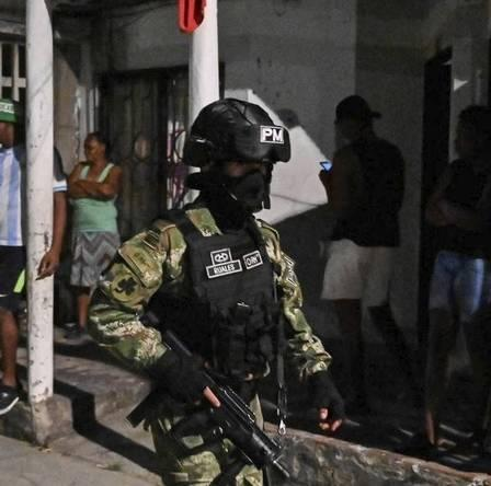 x88087368_A-Colombian-soldier-wearing-a-face-mask-patrols-on-a-street-during