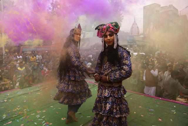 <p>Indians dressed as Hindu deities Radha, center, and Krishana play Holi in Jammu, India, Thursday March 1, 2018. (Photo: Channi Anand/AP) </p>