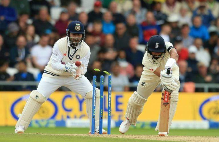 In a spin - England's Haseeb Hameed (R) is bowled by India's Ravindra Jadeja for 68 in the third Test at Headingley on Friday (AFP/Lindsey Parnaby)