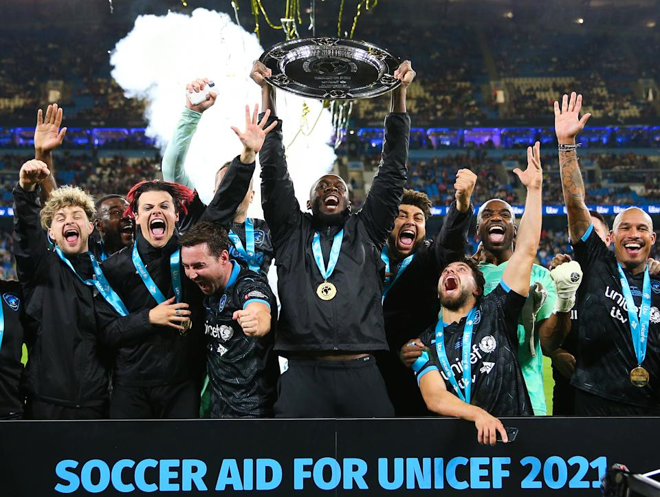MANCHESTER, ENGLAND - SEPTEMBER 04: Usain Bolt of the World XI lifts the Soccer Aid trophy with teammates during Soccer Aid for Unicef 2021 at Etihad Stadium on September 04, 2021 in Manchester, England. (Photo by Matt McNulty - Manchester City/Manchester City FC via Getty Images)