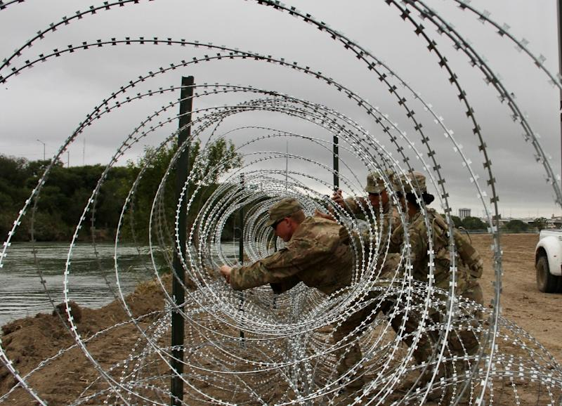 Soldiers from the Kentucky-based 19th Engineer Battalion are installing barbed wire fences on the banks of the Rio Grande in Laredo, Texas (AFP Photo/Thomas WATKINS)