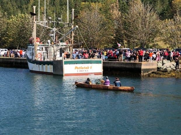 Mi'kmaw harvesters from Potlotek First Nation are shown on St. Peters Bay on Oct. 1, 2020.  (Brent Kelloway/CBC - image credit)