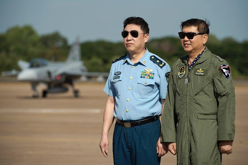 "Thai Air Marshal Bhanupong Seyayongka (R) and China's deputy chief of staff, Beijing regional Air Force Command Major General Feng Aiwang pose for a photo at the start of the combined excercise ""Falcon Strike 2015"" in Korat, Thailand (AFP Photo/Nicolas Asfouri)"