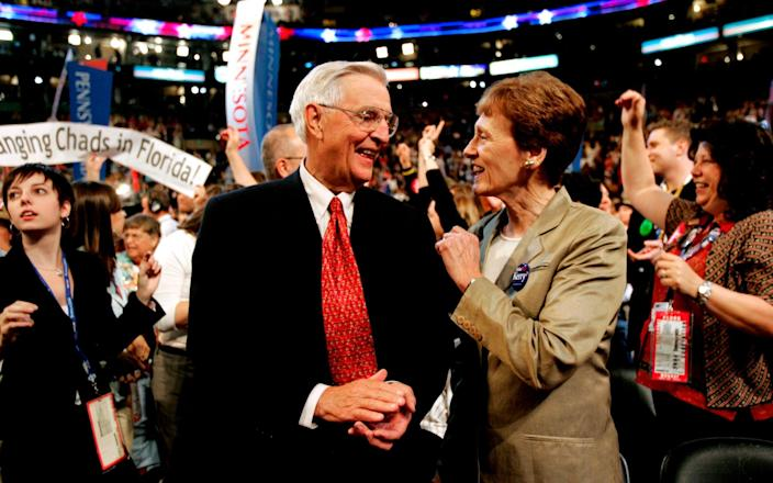Mondale with his wife Joan at the 2004 Democratic National Convention in Boston - Amy Sancetta/ AP
