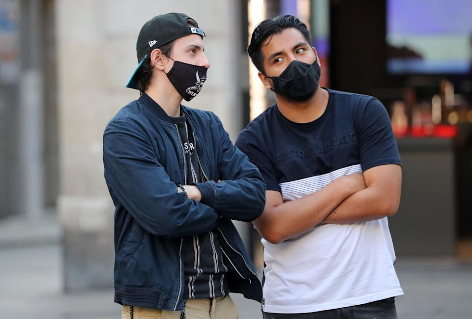 Dos personas, en Barcelona. (Photo: Getty Images)