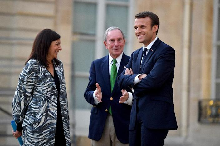 French President Emmanuel Macron (R), Paris Mayor Anne Hidalgo (L) and former mayor of New York City Michael Bloomberg speak during their meeting at the Elysee Palace in Paris, on June 2, 2017 (AFP Photo/CHRISTOPHE PETIT TESSON)