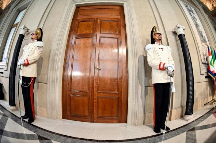 Italian elite military presidential officers stand guard outside the Quirinal palace in Rome as President Sergio Mattarella holds consultations (AFP Photo/Andreas SOLARO)