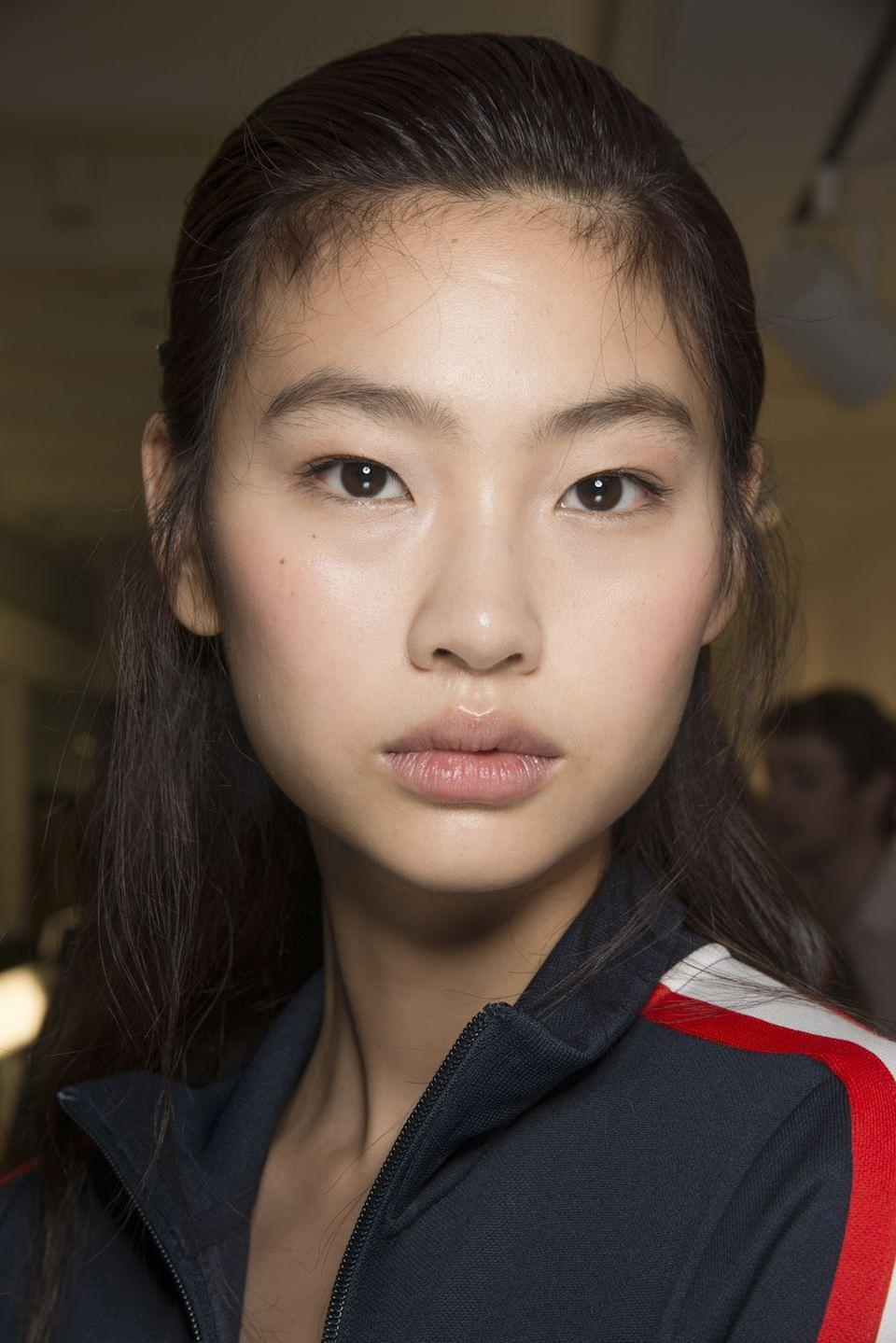<p>Like most seasons, Tory Burch's models walked the runway looking glowy and fresh-faced-with almost no visible makeup.</p>