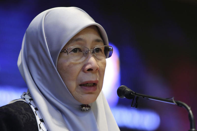 Datuk Seri Dr Wan Azizah Wan Ismail delivers her speech during a Yayasan Kebajikan Negara fundraising event for Palestinians at the Women, Family and Community Development Ministry in Putrajaya September 8, 2018. — Picture by Yusof Mat Isa