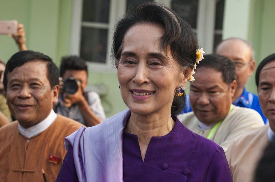 Myanmar democracy icon Aung San Suu Kyi leaves after meeting members of parliament belonging to her political party National League for Democracy (NLD) in Naypyidaw on March 14, 2016 (AFP Photo/)