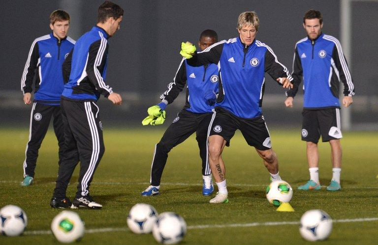 Chelsea forward Fernando Torres (2nd R) and teammates warm up during a training session in Tokyo on December 15, 2012
