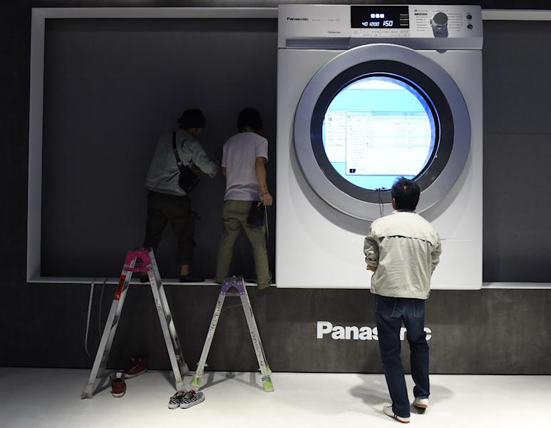 """Workers put final touches to an installation at the Panasonic booth during the second press day of the consumer electronics trade fair """"Internationale Funk Ausstellung """"(IFA) in Berlin September 4, 2014 (AFP Photo/Tobias Schwarz)"""