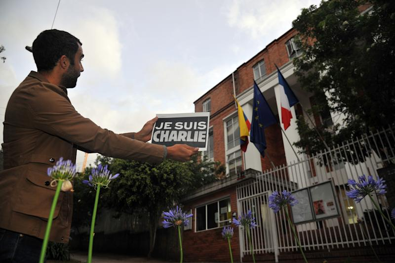People take part in a demo to show solidarity for the victims of the attack on the offices of France's satirical weekly Charlie Hebdo, in Bogota, Colombia on January 7, 2015 (AFP Photo/Guillermo Legaria)