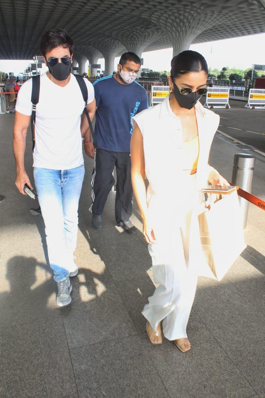 "<div class=""paragraphs""><p>Alia Bhatt and Ranbir Kapoor clicked at the airport. </p></div>"