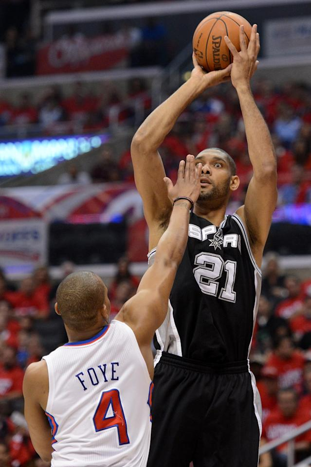 LOS ANGELES, CA - MAY 20:  Tim Duncan #21 of the San Antonio Spurs shoots the ball over Randy Foye #4 of the Los Angeles Clippers in the first quarter in Game Four of the Western Conference Semifinals in the 2012 NBA Playoffs on May 20, 2011 at Staples Center in Los Angeles, California. NOTE TO USER: User expressly acknowledges and agrees that, by downloading and or using this photograph, User is consenting to the terms and conditions of the Getty Images License Agreement.  (Photo by Harry How/Getty Images)