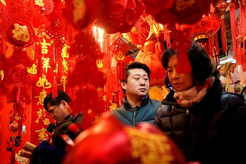 Xi Jinping Walks in to Tiny Beijing Eatery, Casually Chats with Surprised Diners Ahead of Lunar New Year