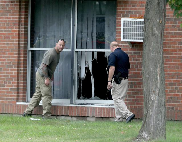 <p>Law enforcement officials investigate an explosion at the Dar Al-Farooq Islamic Center in Bloomington, Minn., on Saturday, Aug. 5, 2017. (Photo: David Joles/Star Tribune via AP) </p>