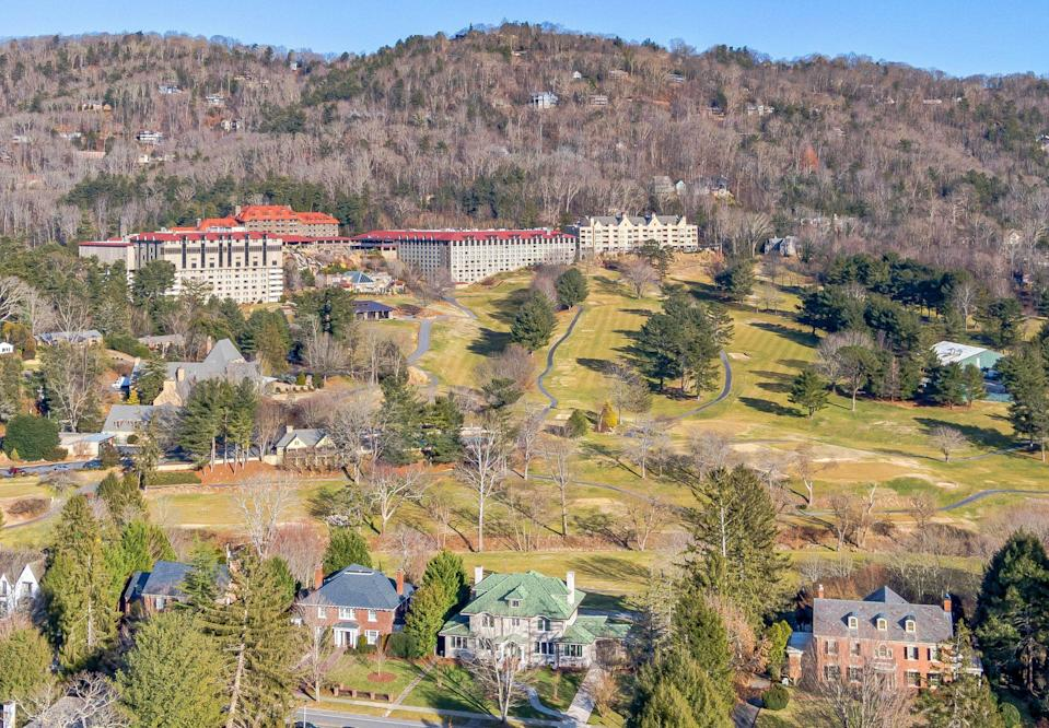 <p>The home boasts stunning vistas of Sunset Mountain and the frequently photographed Omni Grove Park Inn with its red roof and golf course.</p>