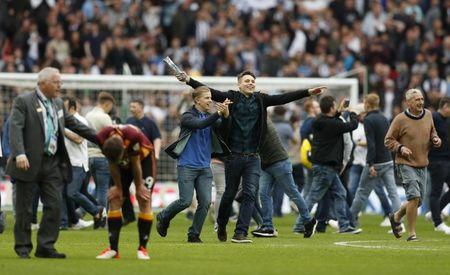 Bradford City v Millwall - Sky Bet League One Play-Off Final - Wembley Stadium, London, England - 20/5/17 Millwall fans invade the pitch as they celebrate after getting promoted to the Sky Bet Championship Action Images via Reuters / John Sibley Livepic