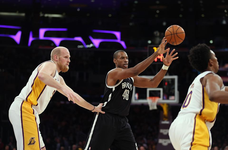 Jason Collins (C) of the Brooklyn Nets during a game against the Los Angeles Lakers at Staples Center on February 23, 2014 (AFP Photo/Jeff Gross)
