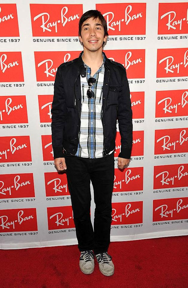 "Justin Long, sans his gal pal Drew Barrymore, kindly kept his adorable face free of specs so we could admire it. Theo Wargo/<a href=""http://www.wireimage.com"" target=""new"">WireImage.com</a> - May 12, 2010"