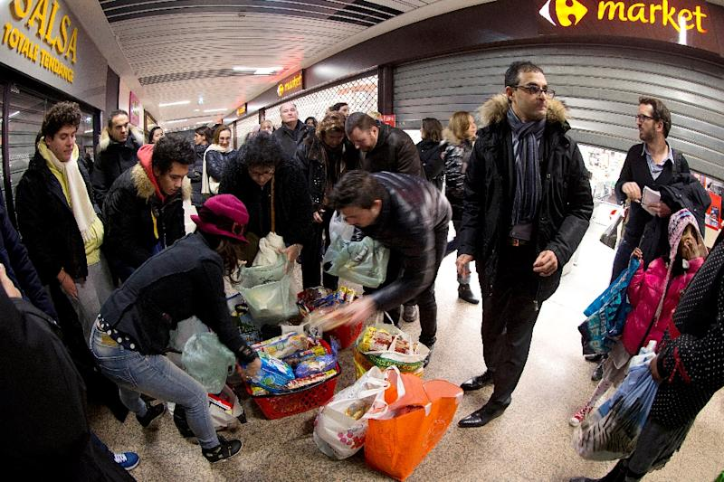 Local representative, Arash Derambarsh (2nd L), takes part in the distribution of food leftovers, in Courbevoie, outside Paris (AFP Photo/Joel Saget)