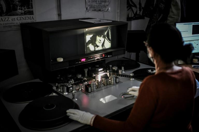 The film's reputation is partly based on a famous final sequence featuring three split screens requiring three projectors in the cinema