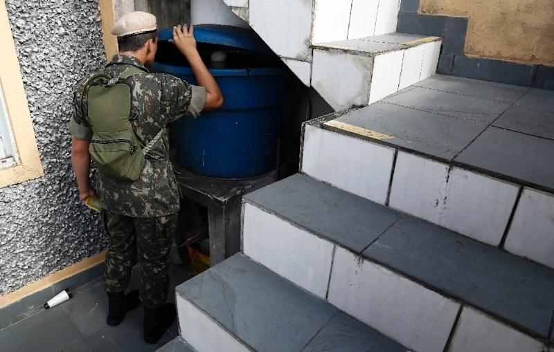 Army soldiers check for Aedes aegypti mosquito larvae during a clean-up operation against the insect, which transmits the Zika virus, in Sao Paulo, Brazil on January 22, 2016 (AFP Photo/Miguel Schincariol)