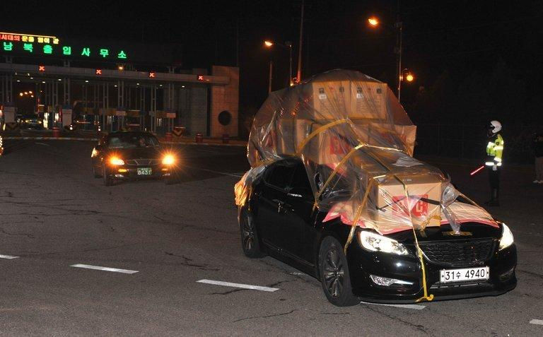 South Korean cars laden with goods return from Kaesong to the border city of Paju on April 30, 2013