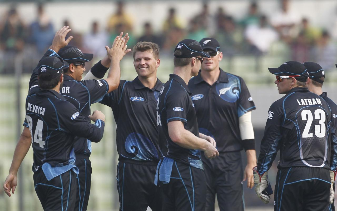 New Zealand's fielders congratulate Corey Anderson (C) after he dismissed Bangladesh's Mominul Haque successfully during their second one-day international (ODI) cricket match in Dhaka October 31, 2013. REUTERS/Andrew Biraj (BANGLADESH - Tags: SPORT CRICKET)