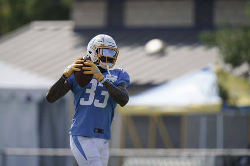 Chargers' James injures right knee during scrimmage