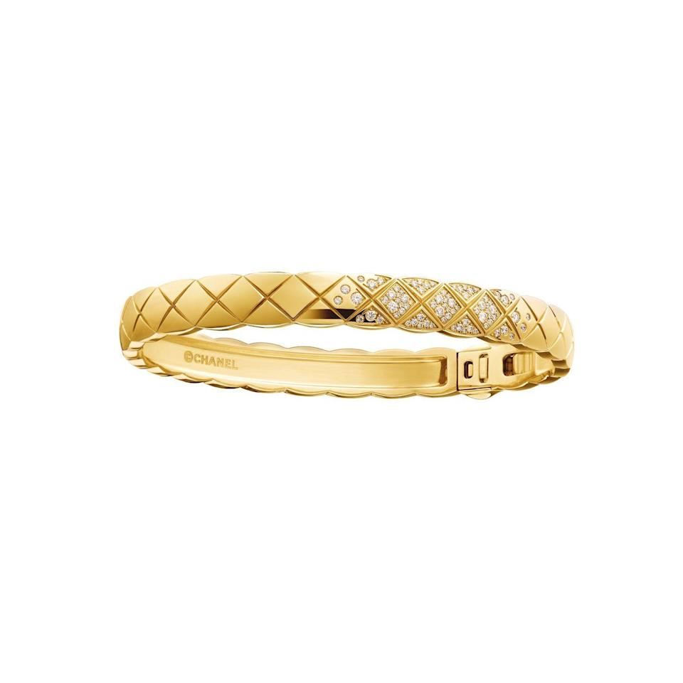 <p>Bangle <em>Coco Crush</em> d'oro giallo e diamanti con incisioni effetto matellassé, <strong>Chanel Joallerie</strong>.<br></p>