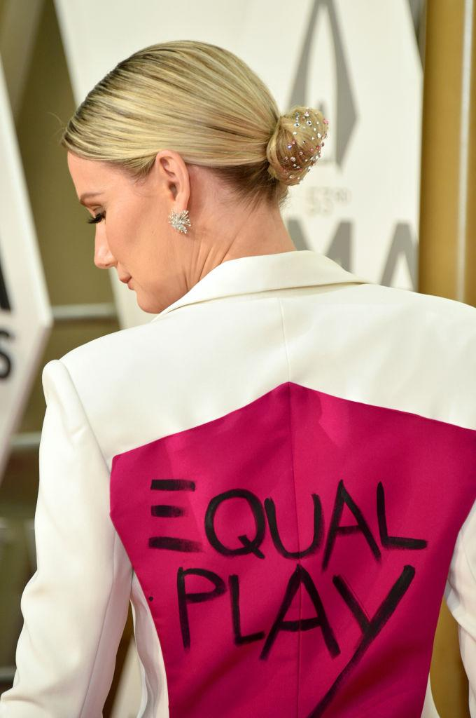 "Jennifer Nettles's jacket reads, ""Equal Play,"" at the CMA Awards 2019. (Photo: John Shearer/WireImage,)"