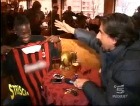 finest selection 51b3d 7c506 Mario Balotelli wears AC Milan shirt, doesn't help his cause