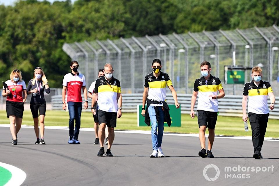 """Esteban Ocon, Renault F1 walks the track with members of the team with Antonio Giovinazzi, Alfa Romeo doing the same behind<span class=""""copyright"""">Mark Sutton / Motorsport Images</span>"""