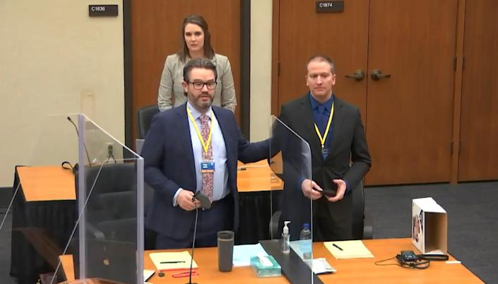 In this screenshot, defense lawyer Eric Nelson (left) stands with Derek Chauvin (right), and Nelson's assistant Amy Voss (behind) is a jury at the Hennepin County Courthouse in Minneapolis on March 23. Introducing candidates.