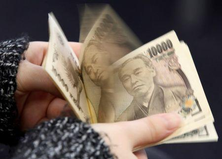 A woman counts Japanese 10,000 yen notes in Tokyo, in this February 28, 2013 picture illustration.   REUTERS/Shohei Miyano/Illustration/File Photo