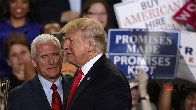 Donald Trump dan Mike Pence merayakan 100 hari pemerintahannya di Pennsylvania Farm Show Complex & Expo Center April 29, 2017 (ALEX WONG / AFP)