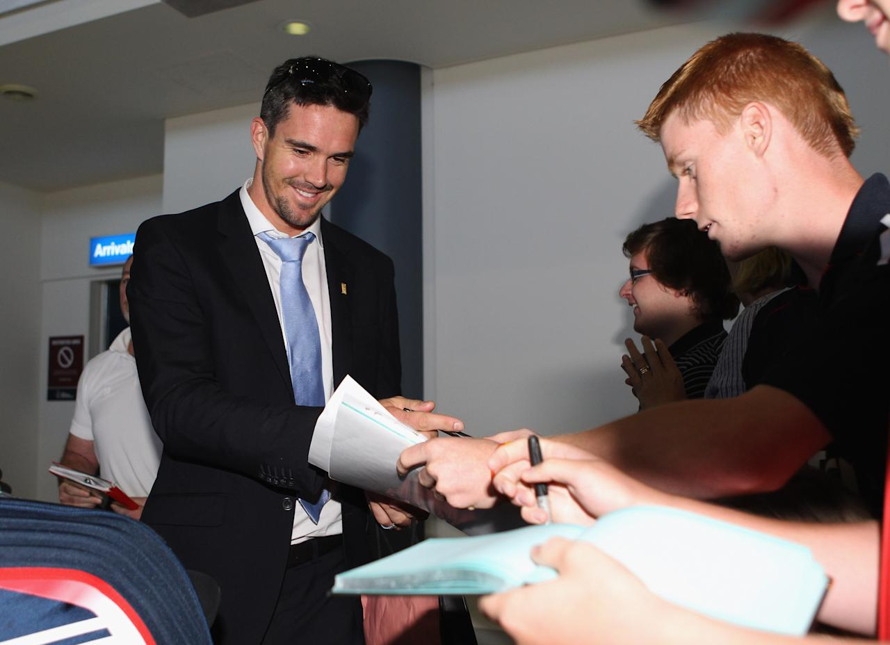 PERTH, AUSTRALIA - OCTOBER 30:  Kevin Pietersen of England signs autographs as the England Ashes squad arrives at Perth Airport on October 30, 2010 in Perth, Australia. The 2010-11 Ashes series begins in Brisbane on November 25.  (Photo by Tom Shaw/Getty Images)