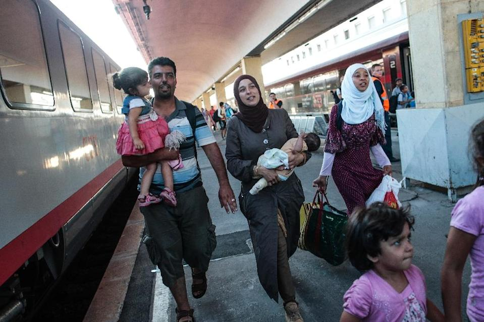 Migrants who arrived from Budapest rush on the platform to make it to their German connection in Vienna's Westbahnhof railway station on August 31, 2015 (AFP Photo/Patrick Domingo)