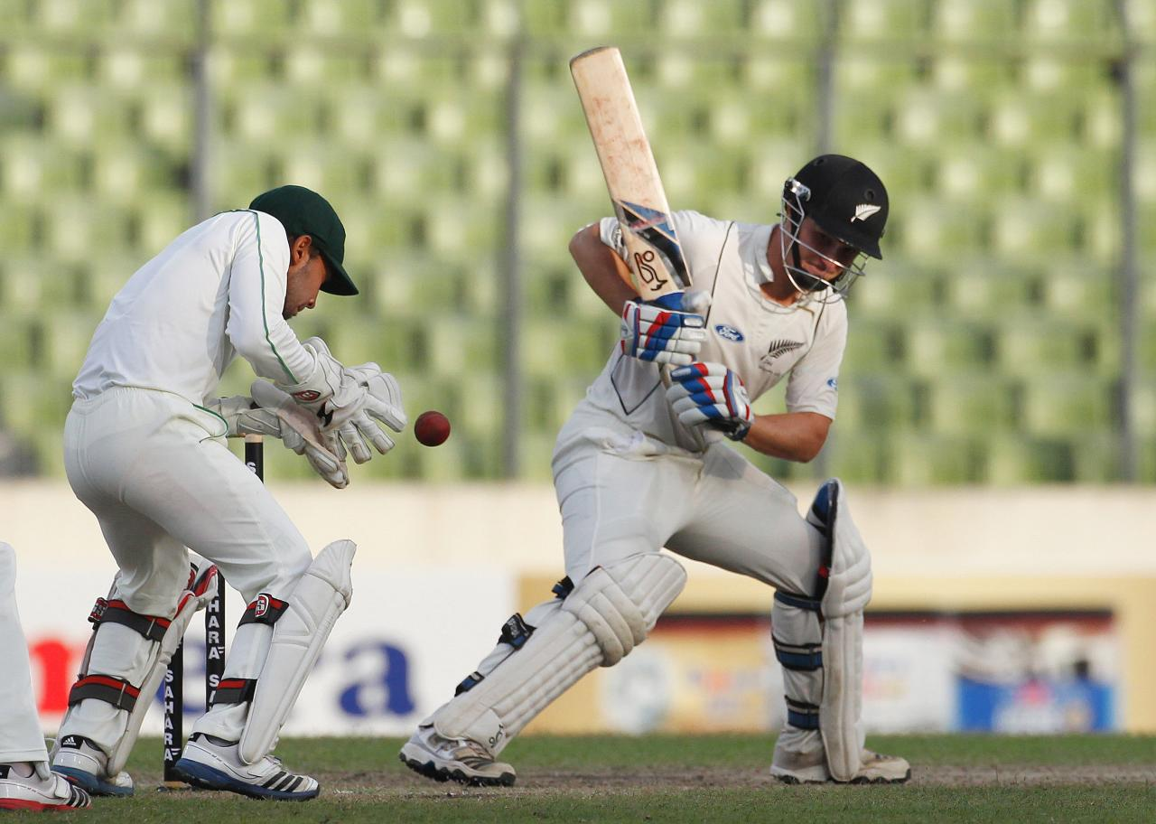 New Zealand's BJ Watling is pictured as Bangladesh's captain and wicket keeper Mushfiqur Rahim (L) catches the ball, during their third day of second test cricket match of the series in Dhaka October 23, 2013. REUTERS/Andrew Biraj (BANGLADESH - Tags: SPORT CRICKET)