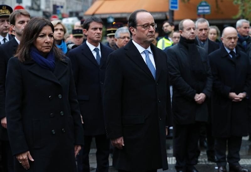 French President Francois Hollande (C), Paris Mayor Anne Hidalgo (L), Prime Minister Manuel Valls, Justice Minister Jean-Jacques Urvoas (2R) and Interior Minister Bernard Cazeneuve pay respects after unveiling a plaque in Paris on November 13, 2016 (AFP Photo/Philippe Wojazer)