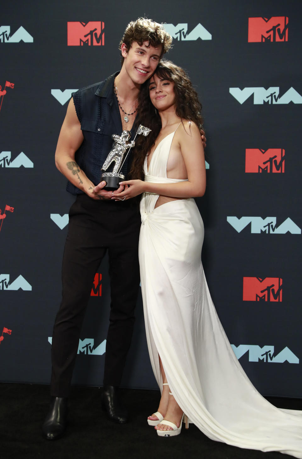 """2019 MTV Video Music Awards - Photo Room - Prudential Center, Newark, New Jersey, U.S., August 26, 2019 - Shawn Mendes and Camila Cabello pose backstage with their Best Collaboration award for """"Senorita."""" REUTERS/Andrew Kelly"""