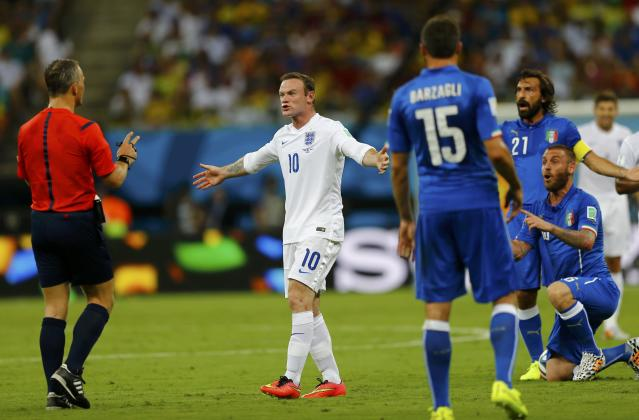 England's Wayne Rooney (2nd L) protests to the referee after he was fouled by Italy's Antonio Cassano during their 2014 World Cup Group D soccer match at the Amazonia arena in Manaus June 14, 2014. REUTERS/Ivan Alvarado (BRAZIL - Tags: SOCCER SPORT WORLD CUP)