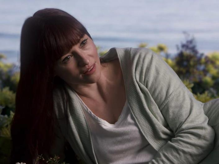 Lexie with long hair and bangs in the flowers on the beach on Greys Anatomy